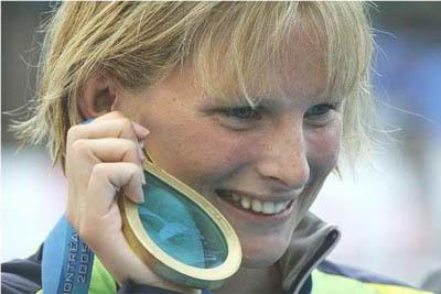 Leisel Jones met haar gouden Olympische medaille in Beijing