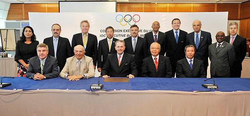 Het IOC met op de voorste rij in het midden Jacques Rogge